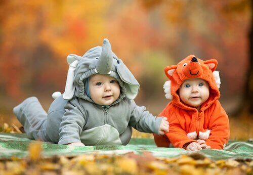 kostüm giyen bebekler