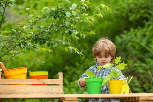bitkilerle uğraşan çocuk