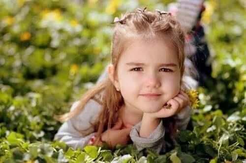 4 yaşında kız çimlerde