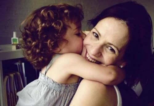 annesini öpen bir bebek