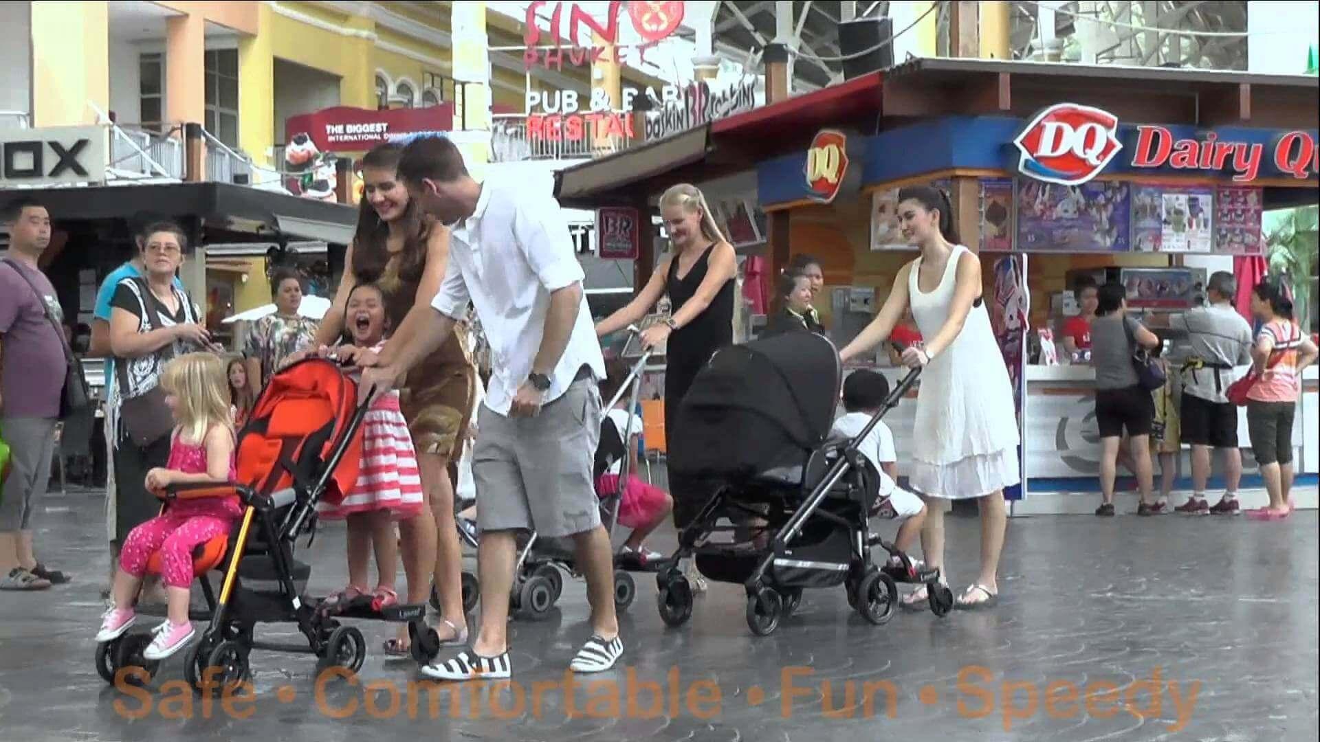bebek arabasında taşınan çocuklar