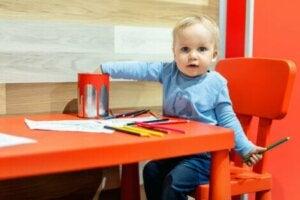 Renkli kalemlerle boyama yapan küçük çocuk