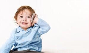 cep telefonu ile konuşan çocuk