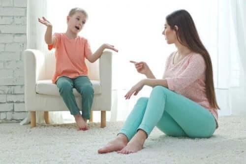 çocuğunu disipline eden anne