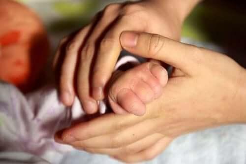 Bebekle fiziksel temas kurmak neden önemlidir?