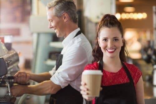 kafede çalışan üniversite öğrencileri