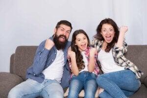 kanepede oturarak oyun oynayan bir aile