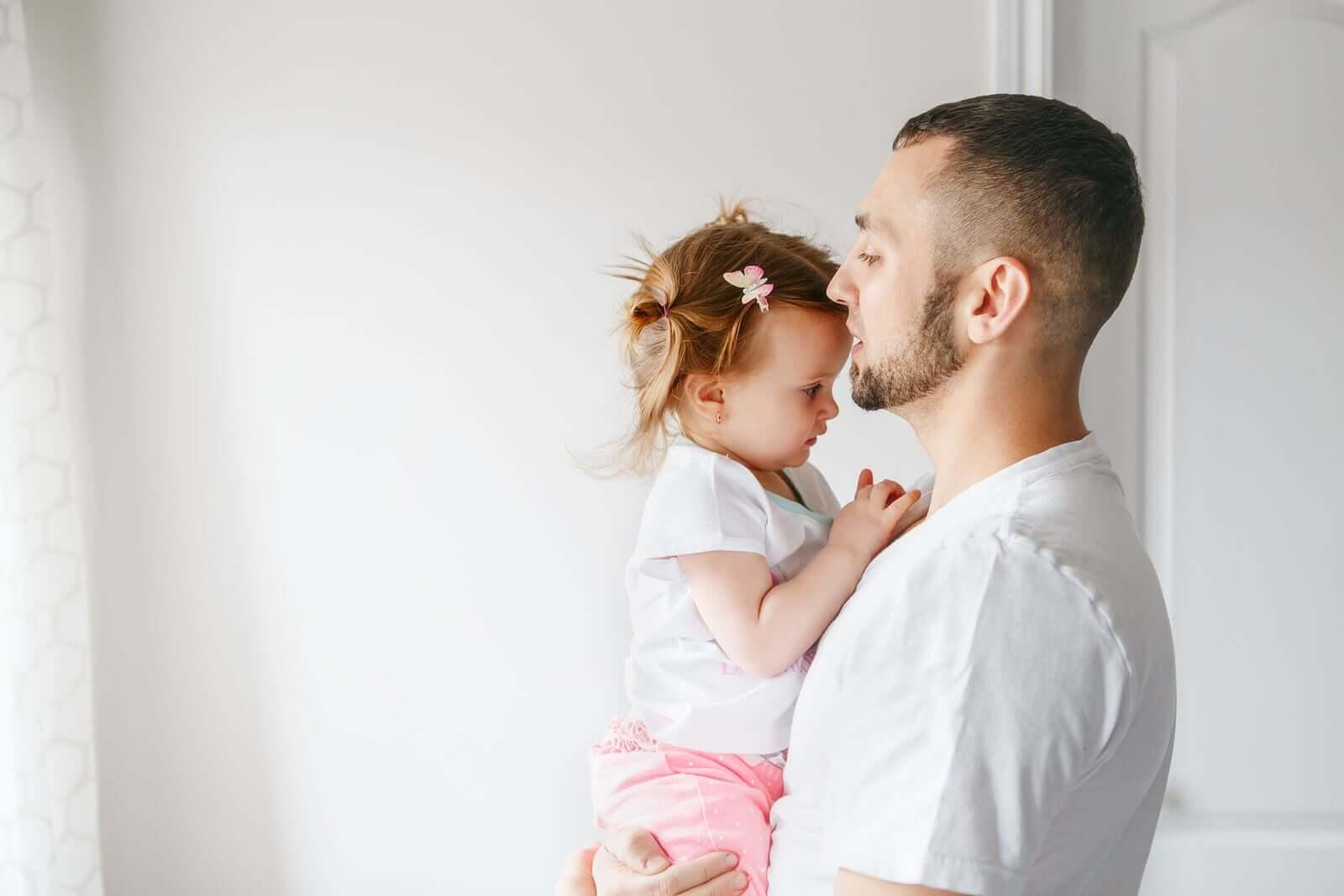 kızıyla konuşan bir baba