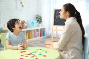 Öğretmenle r sesi çalışan çocuk