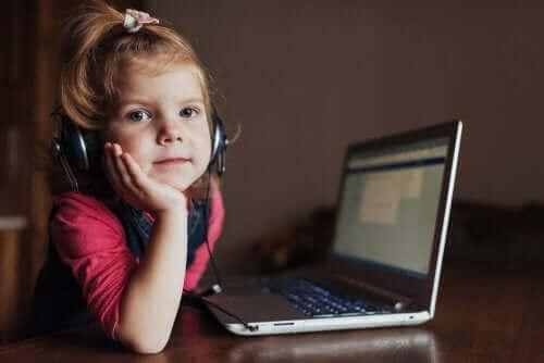 küçük kız laptop
