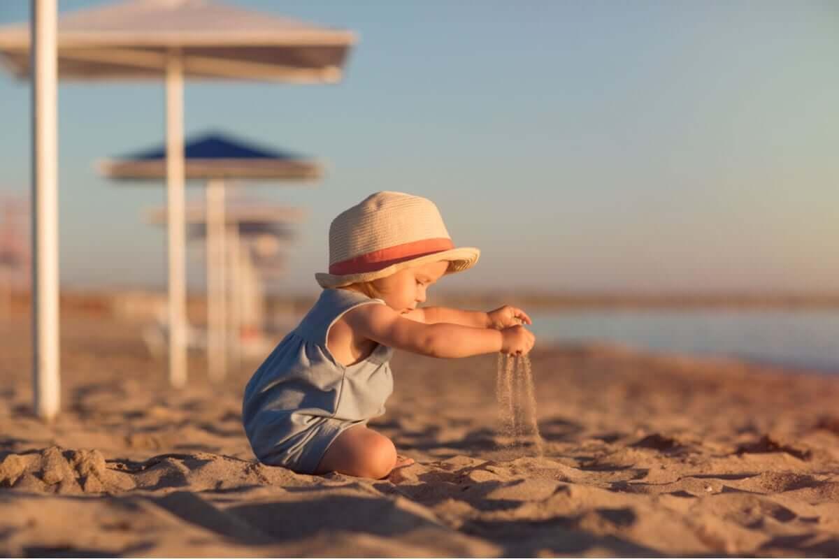 kumda oynayan bebek