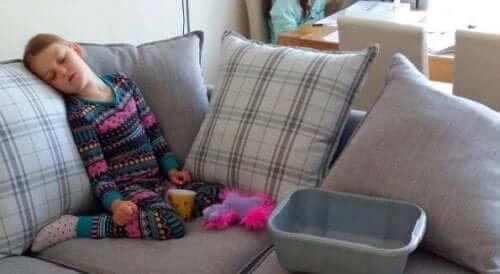 koltukta uyuyan çocuk