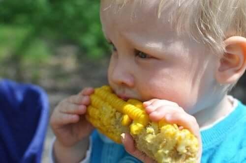mısır yiyen çocuk