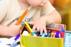 Kalem kutusunu karıştıran çocuk