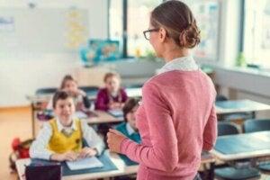 Öğretmeni dinleyen çocuklar