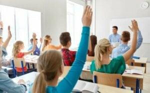 Sınıfta parmak kaldıran gençler