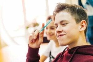 Elinde kalem olan öğrenci