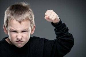 Ellerini yumruk yapmış kızgın çocuk