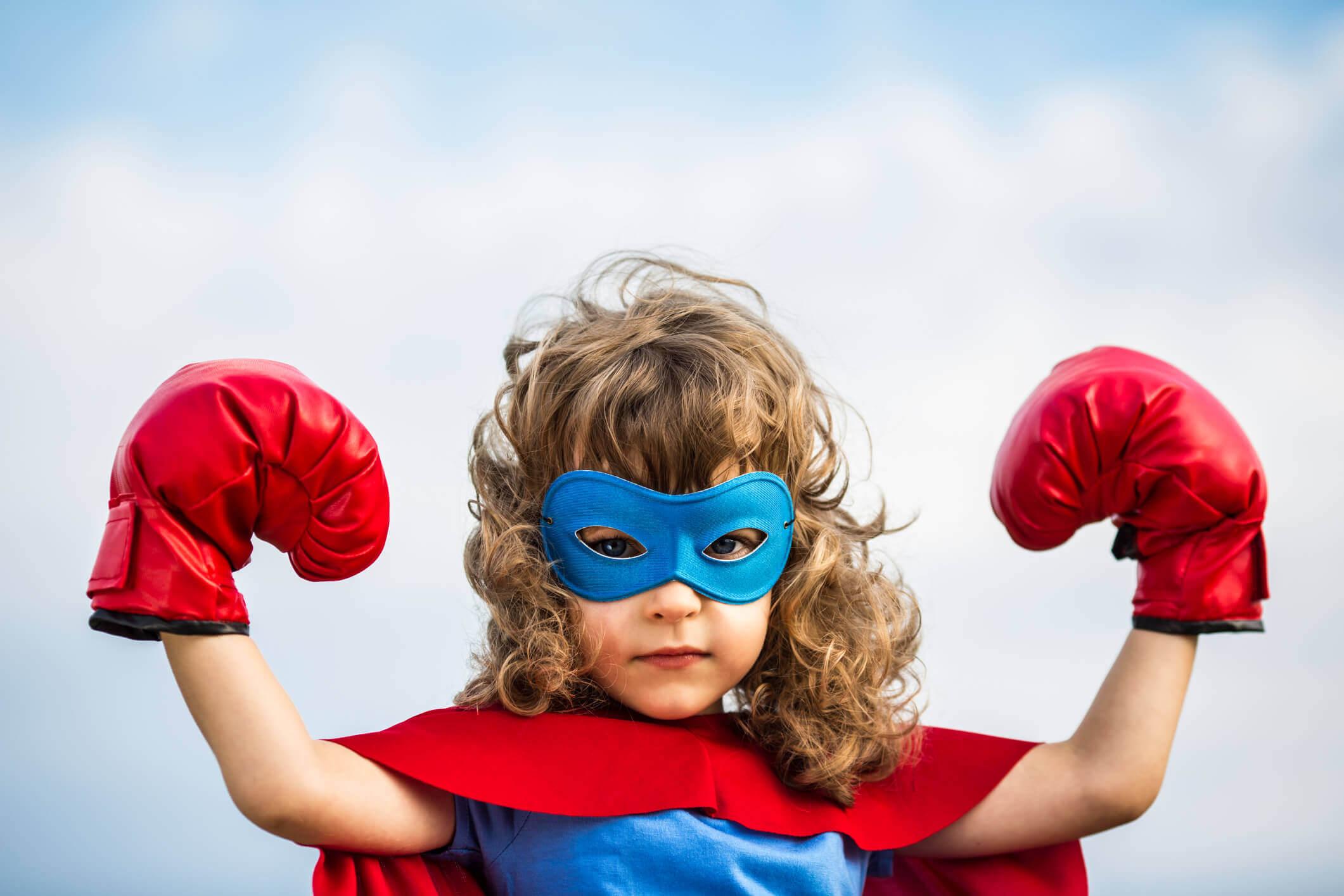 superman kostümü giymiş kız çocuğu