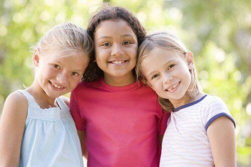 Gülümseyen üç kız