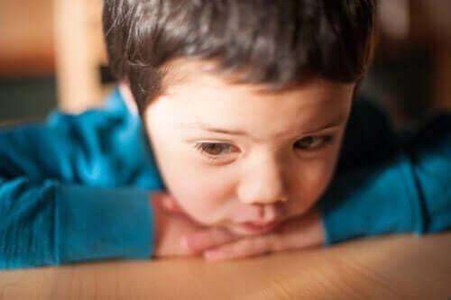 üzgün bir çocuk