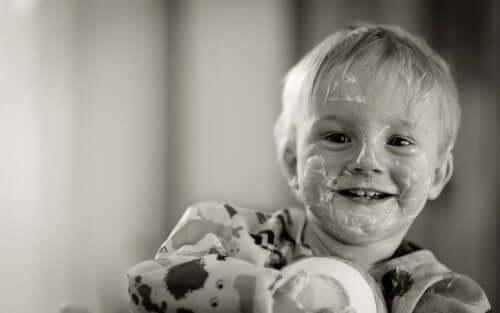 yüzü yoğurtlu çocuk