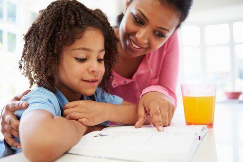 annesiyle ödev yapan çocuk