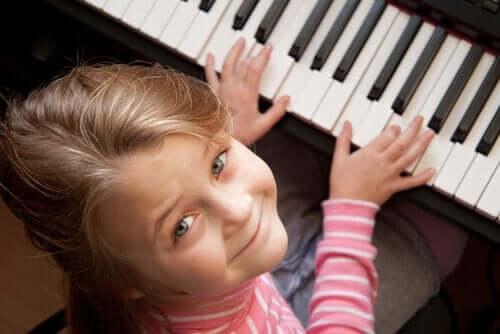 piyano çalan kız