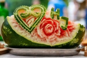 Mukimono sanatı ile oyulmuş bir karpuz