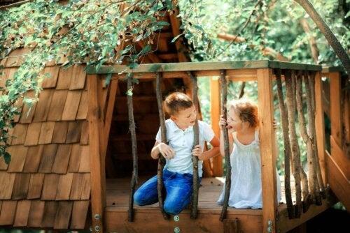 Bir ağaç evde oynayan iki çocuk.