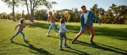 Aileleri ile dışarıda oynayan bir aile.