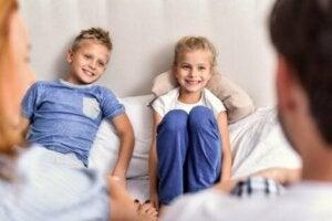 Ebeveynler çocuklarla konuşuyor