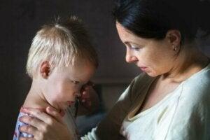 Anne ağlayan çocuğuyla konuşarak onu sakinleştirmeye çalışıyor