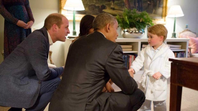 Başkan ve Prens eğilerek konuşuyor