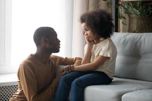 Kızıyla konuşan bir baba.
