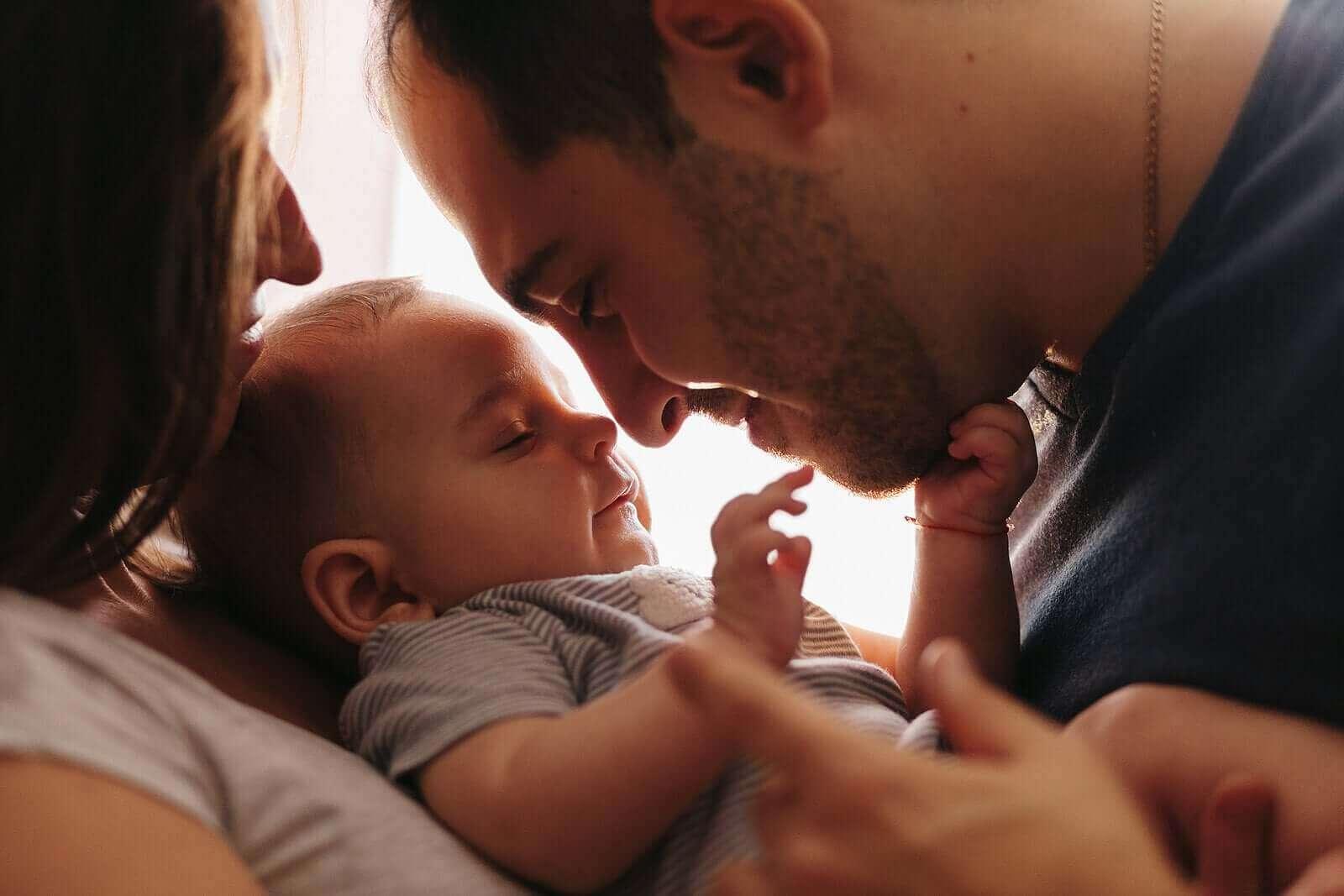 Anne ve babası arasında duran bebek