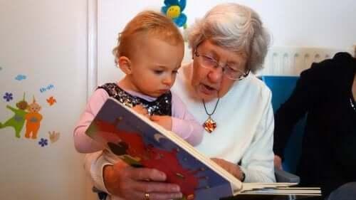 büyükanne ile kitap okuma