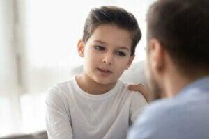 Bir baba oğluyla konuşuyor