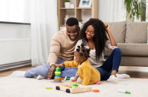 Çocukları ile oynayan bir aile.