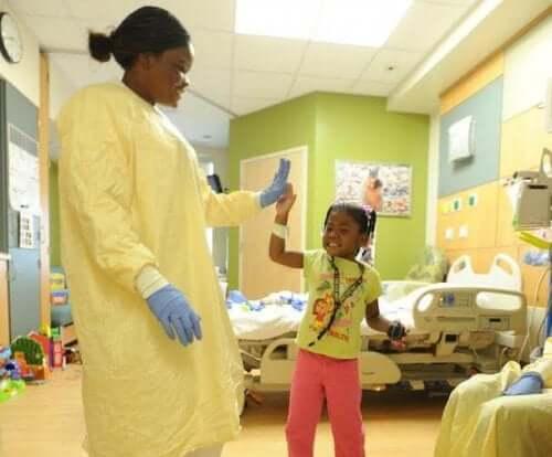 doktor ve küçük kız çocuğu