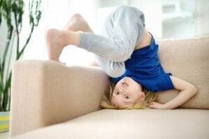 Çocuk koltuğun kenarında yanlamasına takla atıyor