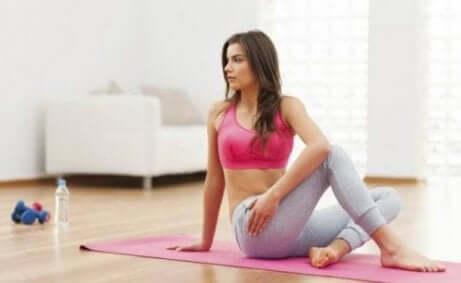 beslenme ile doğurganlık ilişkisi: mat üstünde egzersiz yapan kadın
