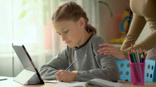 Evde Ders Çalışmak: Çocukları Motive Etmek İçin 6 Taktik