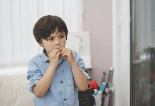 Gergin görünen bir çocuk.