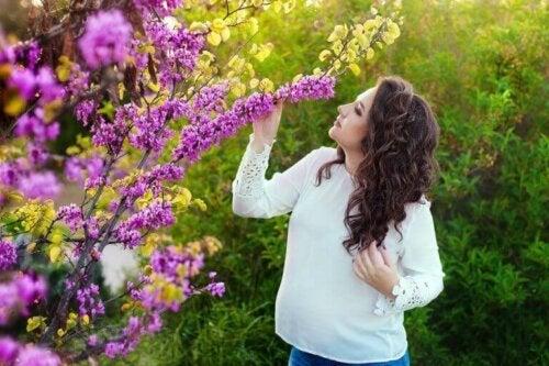hamile kadın mor çiçek koku