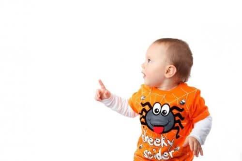 işaret eden bir bebek