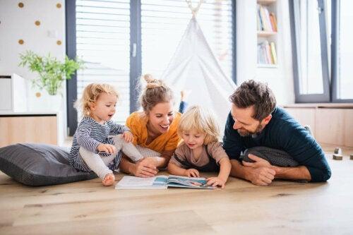 Yerde kitap okuyan bir aile.