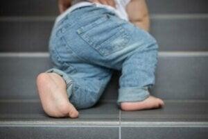 Merdiven çıkmaya çalışan bir bebek
