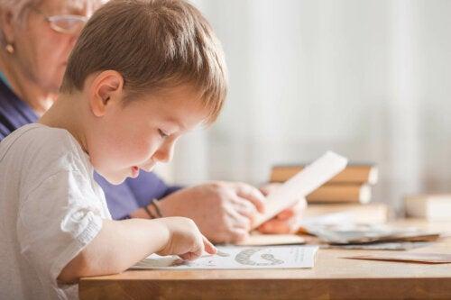 Bir çocuğa okuma yazma öğretmek için uğraşan bir kadın.
