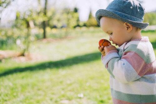 Dışarıda oyun oynayan bir bebek.